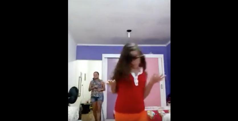 Esta madre se cuela en el vídeo de su hija... ¡y le roba todo el protagonismo!