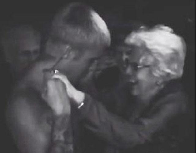 Justin Bieber sin camiseta bailando con una abuelita