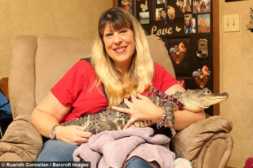 Esta mujer tiene a una cocodrilo como si fuera su hija