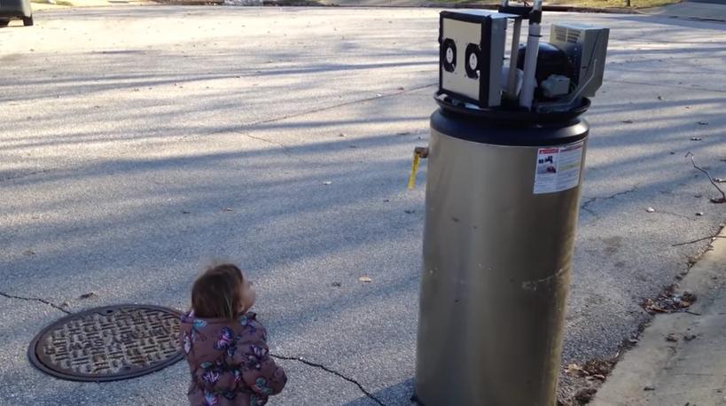 La niña que se enamora de un 'robot', ¡el viral del momento!