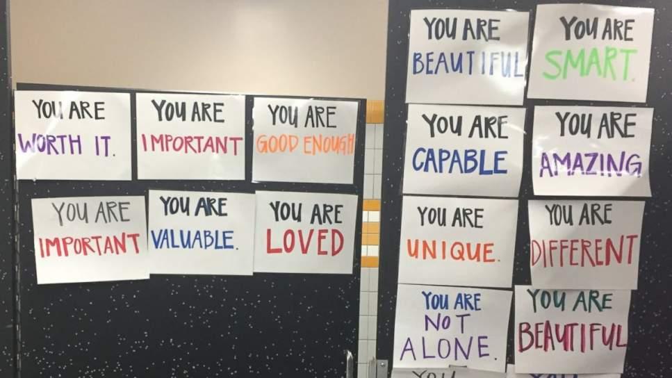 Esta estudiante ha cambiado los espejos de su instituto por mensajes positivos