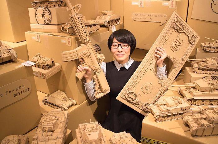 ¡Esta chica es capaz de fabricar cualquier cosa con cajas de cartón!
