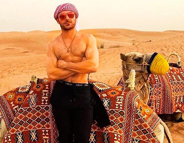 Zac Efron sin camiseta en el desierto