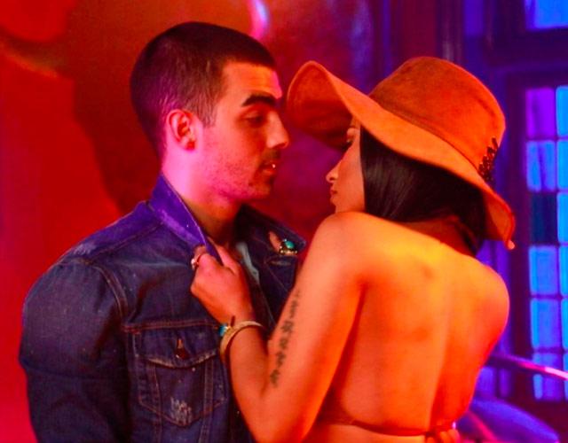DNCE y Nicki Minaj, en el vídeo de 'Kissing Strangers'
