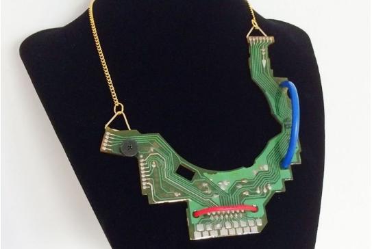 Esta colección de joyas está hecha con restos de ordenadores viejos