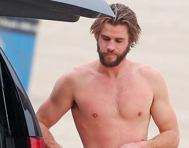 Liam Hemsworth sin camiseta en Malibú