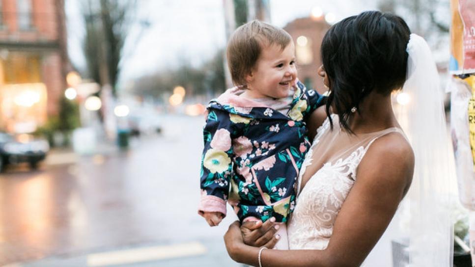 La tierna reacción de una niña al confundir a una novia con una princesa