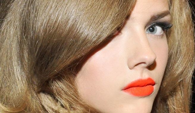 Labios naranja mate, el maquillaje de la temporada