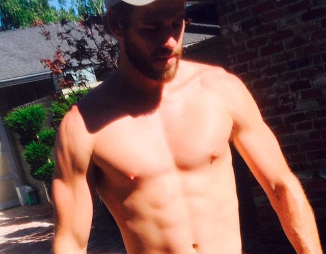 Liam Hemsworth sin camiseta en Instagram