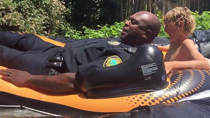 policias tobogan de agua