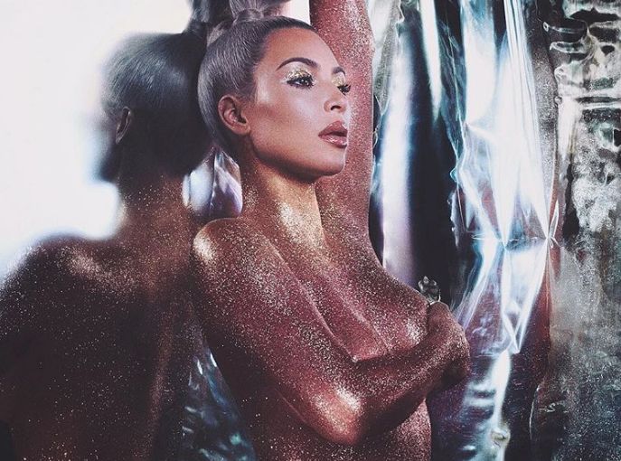 Kim Kardashian se llena de purpurina para promocionar su nuevo iluminador