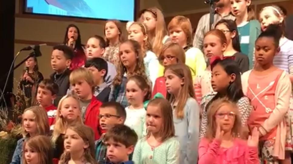 niña actuacion coro