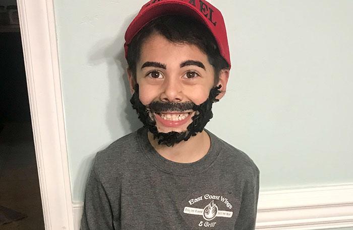 niño se disfraza de su padre