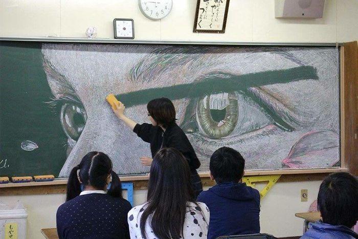 alumnos pintan pizarras