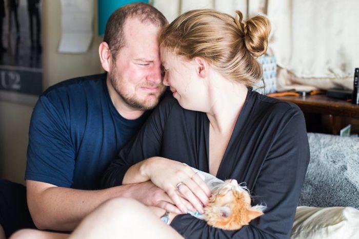 pareja simula parto con gato