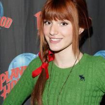 Bella Thorne posa en la fiesta navideña de Planet Hollywood
