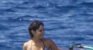 Vannesa Hudgens luce cuerpo en la playas de Hawai