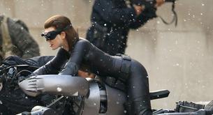 ¡Por fin el traje completo de Anne Hathaway como Catwoman!