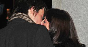 Beso navideño entre Ashley Greene y su novio Reeve Carney