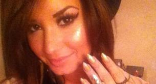Demi Lovato enseña sus uñas de señora