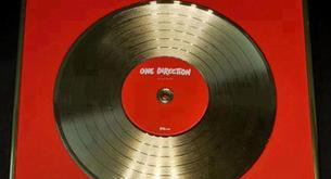 "One Direction reciben el disco de oro por su álbum ""Up All Night"""