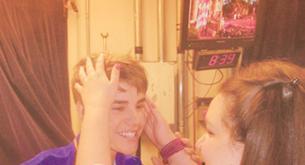 Una chica ciega conoce a Justin Bieber ¡tocándole!