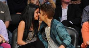 Justin Bieber y Selena Gómez se besan en un partido de baloncesto