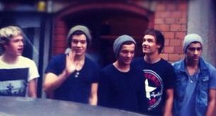 Los chicos de One Direction por las calles de Suecia