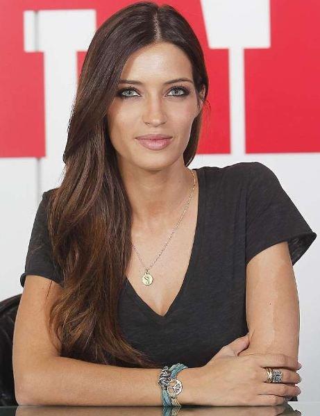 Sara Carbonero muy divina, como siempre, con las pulseras de moda
