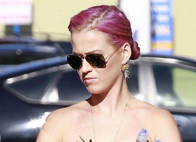 """Mujeres Música Katy Perry Cabello Azul Desgaste Cantantes: Katy Perry Pasa De """"Pitufina"""" A """"Pantera Rosa"""""""