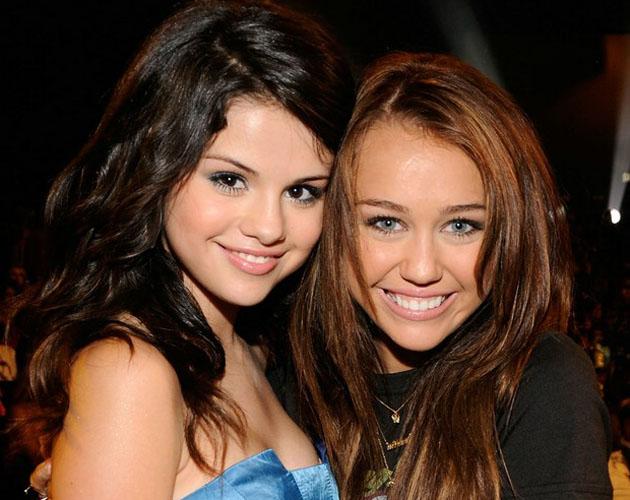 Copia Selena G Mez A Miley Cyrus